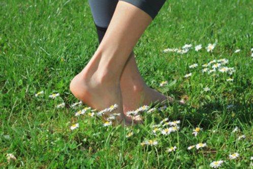 pieds nus dans l'herbe conseillé au restaurant au bord de l'eau